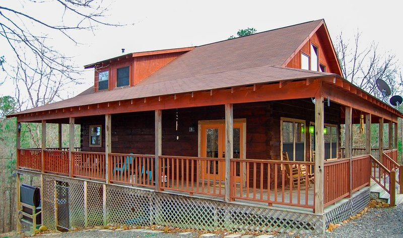 Secluded Log Cabin, Mountain Top, Hot Tub, Pool Table, 5 Miles From Downtown, holiday rental in Hot Springs