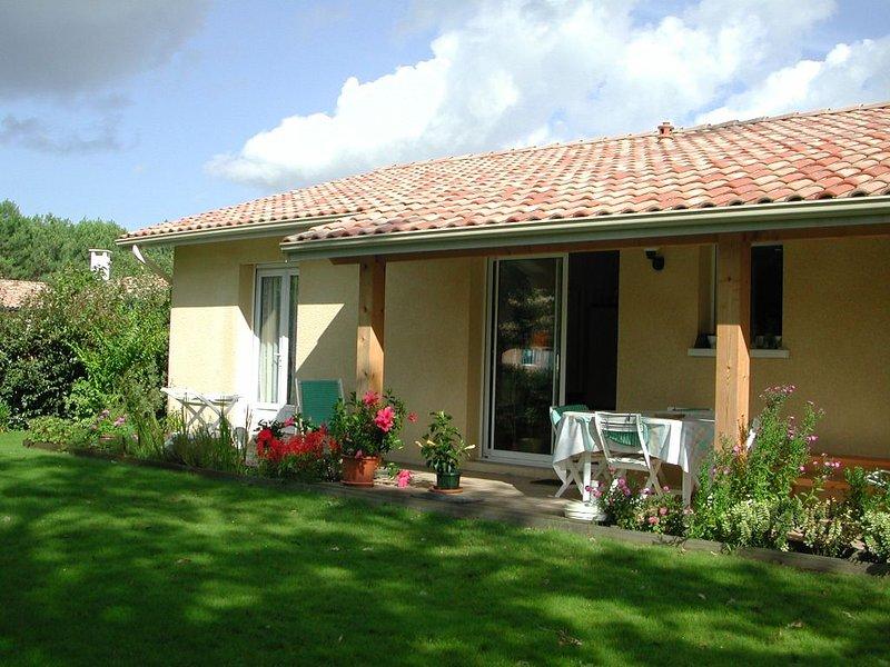 A Biscarrosse, agréable  Villa  avec jardin. A 200m du lac , plages proches, vacation rental in Biscarrosse