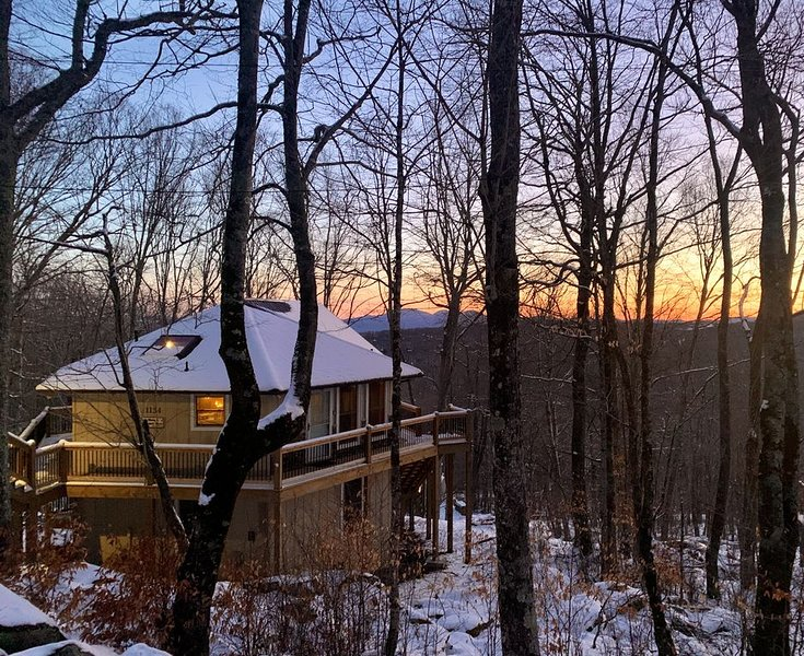 1300 ft to Ski Beech! New decks and interior updates. Great views Last min deals, holiday rental in Beech Mountain