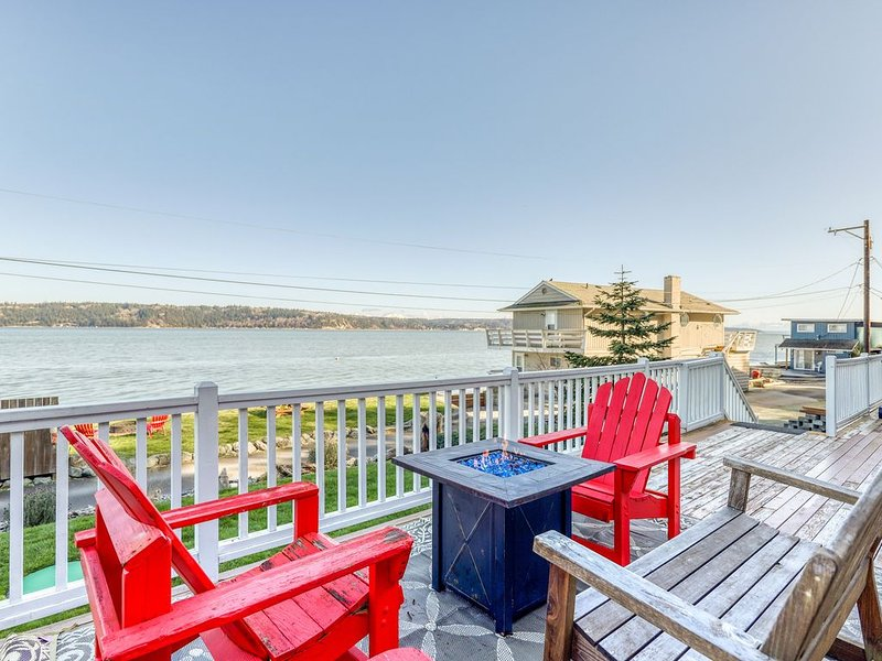 Dog-friendly home w/ great deck, ocean view & private firepit on beachfront lawn, location de vacances à Lakewood  Snohomish County