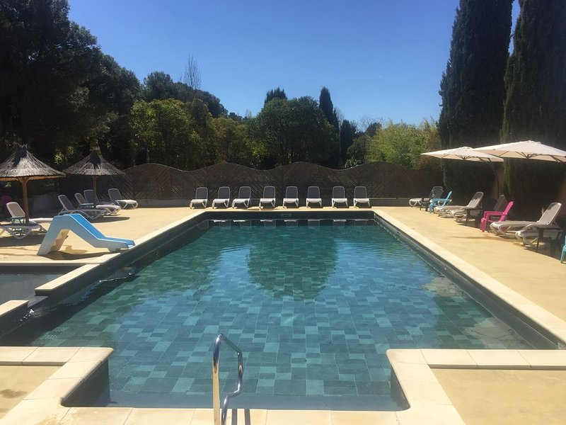 Cottage Premium 6 personnes avec jardin et climatisation, holiday rental in Monieux
