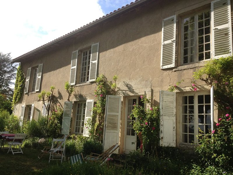 Dans un site préservé , Maison de  famille pour 8 personnes en pleine nature, vacation rental in Thiers City