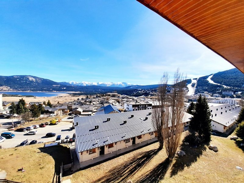 Bel appartement avec vue panoramique sur les montagnes & le lac de Matemale., location de vacances à Matemale
