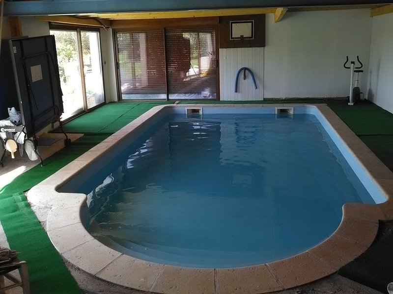 maison avec piscine intérieure chauffée, aluguéis de temporada em Savigne