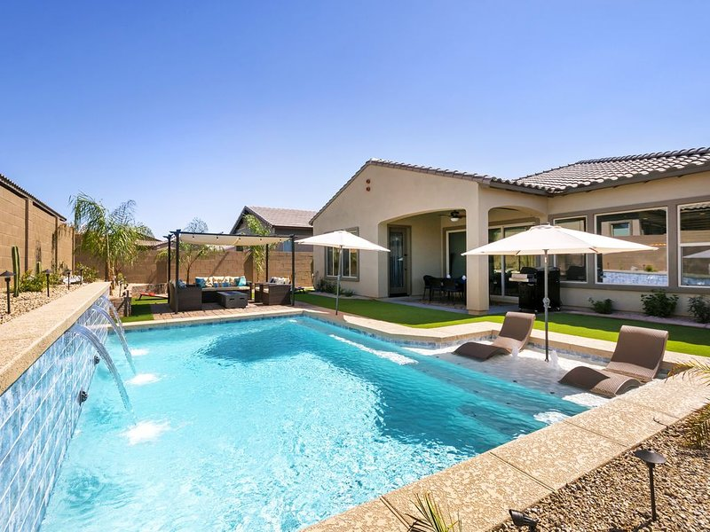 Beautiful 4 Bdrm 3 Bath Home with Private Heated Pool, holiday rental in Buckeye