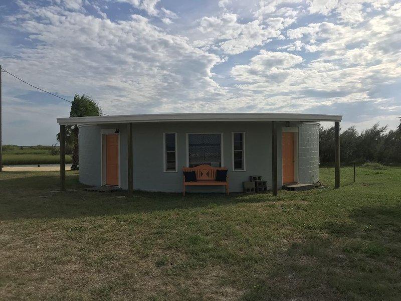 3 BEDROOM, 2 BATH ROUND HOUSE ON THE BAY AND BAYOU.  SLEEPS 13, casa vacanza a Port Lavaca