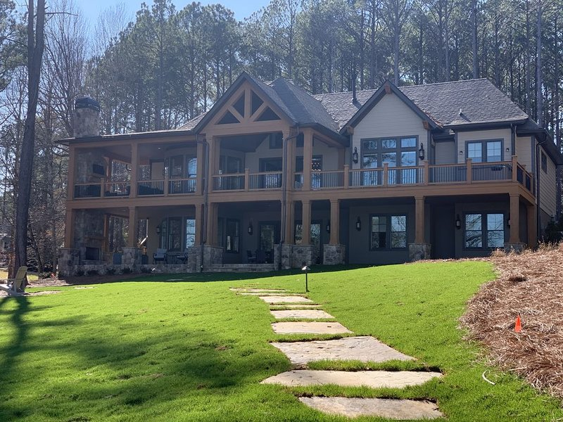 NEW LUXURY LAKE FRONT HOME W/ PRIVATE DOCK, BOAT & JET SKI AVAIL - NEXT TO RITZ, casa vacanza a Greensboro
