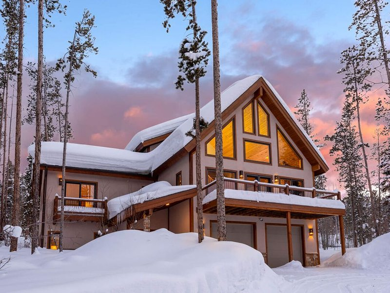 Picture Perfect Mountain Home With Hot Tub- Sleeps 14!, alquiler de vacaciones en Fraser