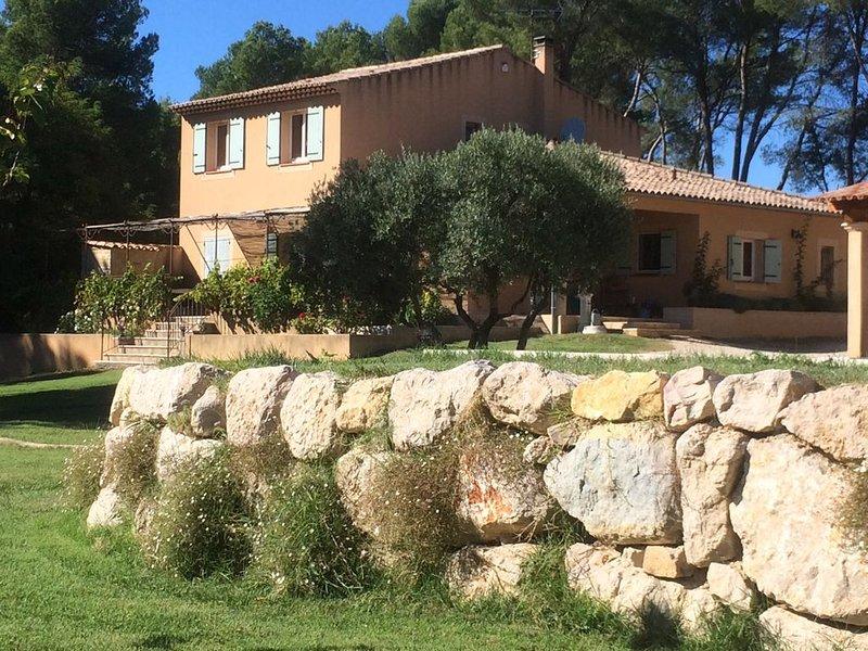 Maison de charme dans LUBERON, casa vacanza a Peyrolles-en-Provence