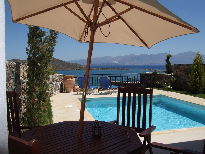 Elounda, private pool, near beach and shops, stunning views facing the sea, location de vacances à Fourni