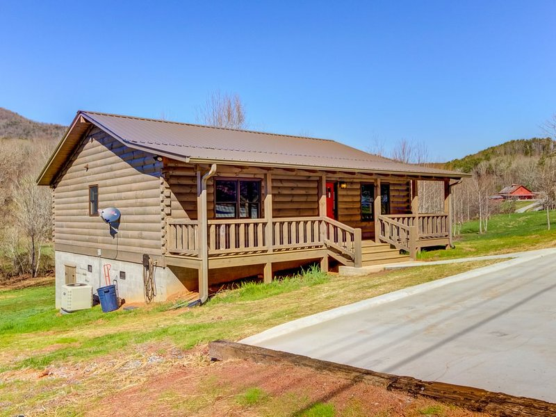 Pleasant dog-friendly cabin w/ creek views, private gas grill, and firepit!, alquiler vacacional en Cleveland