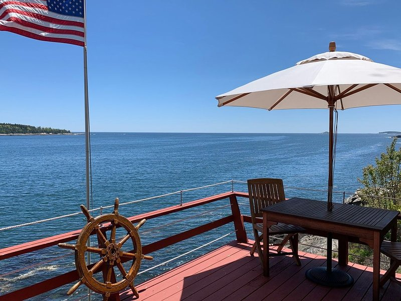 New listing! Oceanfront home w/ a wood stove, full kitchen, & stunning bay views, alquiler vacacional en Boothbay