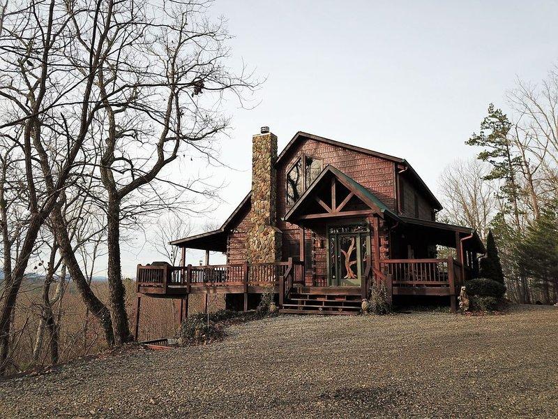 Stunning Mountain Views, Relaxing Decks, 5-Star Cabin, Family Friendly, alquiler de vacaciones en Morganton