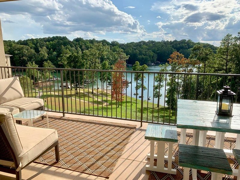 Paradise on Lake Martin with a boat slip, holiday rental in Dadeville