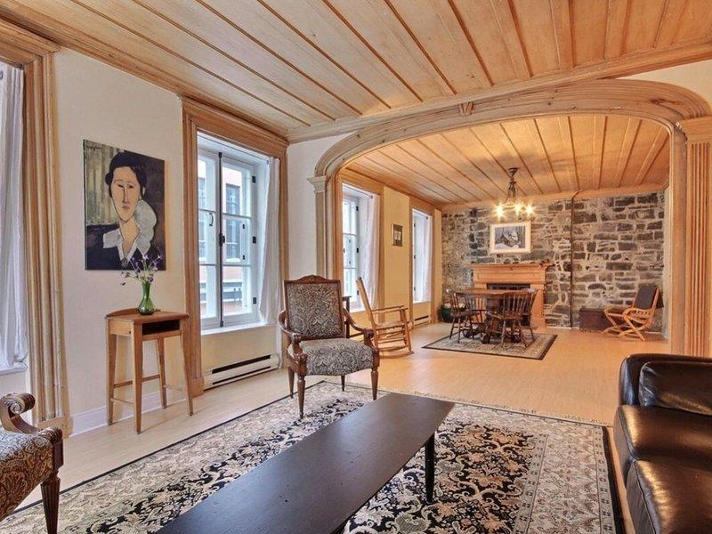 Beautiful Spacious Centrally Located 2 Bedroom Condo, casa vacanza a Québec (città)