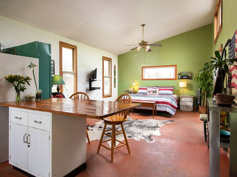 Cool Farm Cabin-King Bed, Impeccably clean, Full kitchen, Fast Wifi-SafePlace, holiday rental in Wimberley