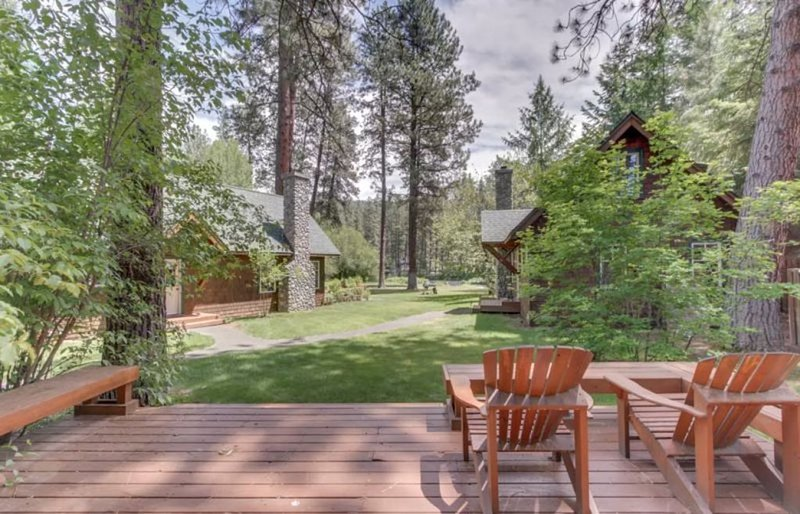 Metolius River Resort Cabin 11 Set Apart from the Rest - Riverfront retreat w/ p, location de vacances à Camp Sherman