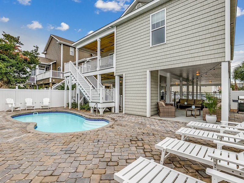 Luxury Home with PRIVATE POOL and HOT TUB!  Pet Friendly, Wifi, alquiler de vacaciones en North Myrtle Beach