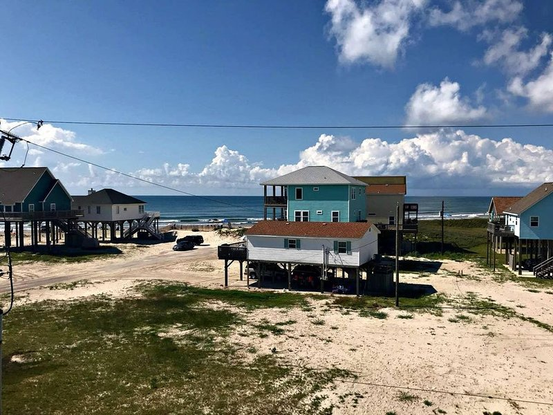 Vacker utsikt över vatten och stranden från 3 verandor och 1 soldäck!