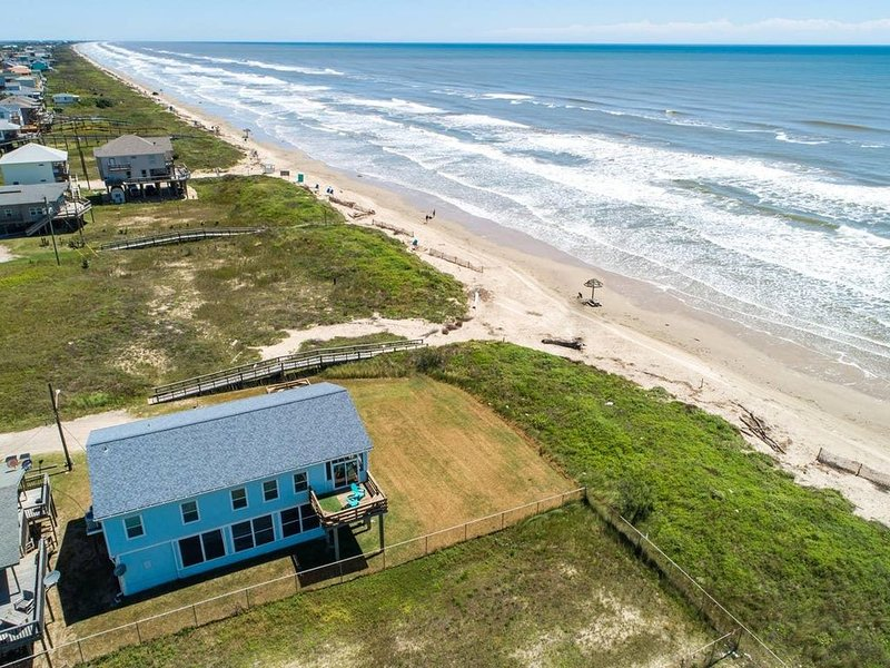 Octopus's Garden - Beachfront & Center! Screened Porches, Ocean Views!, alquiler vacacional en Surfside Beach