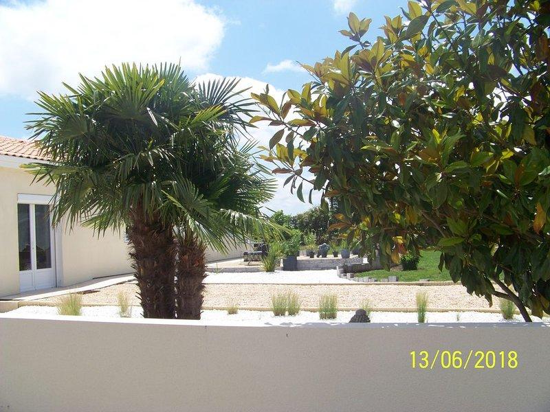 Maison avec jardin et piscine couverte à 10 mn de la cure thermale, location de vacances à Ardillieres
