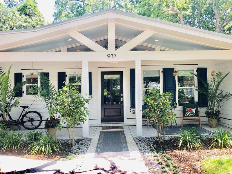 Private oasis between Charleston and Beach, vacation rental in Sullivan's Island