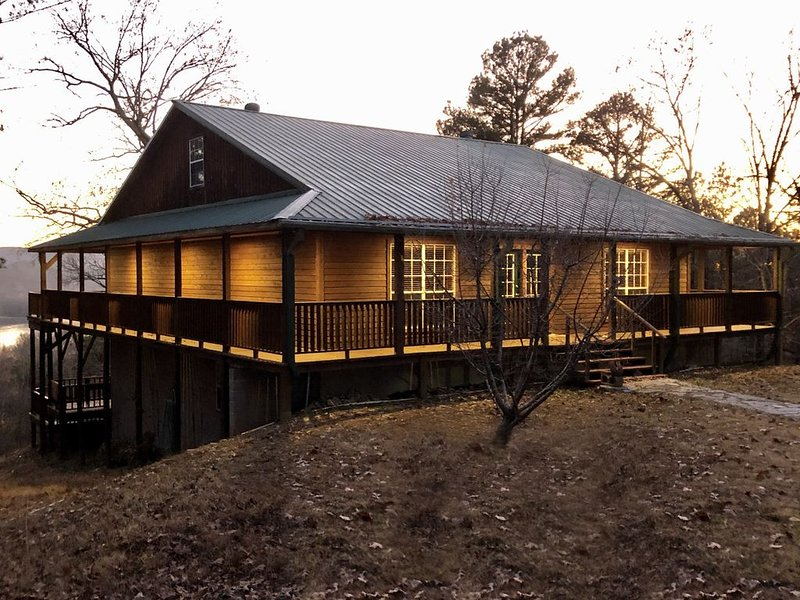 New Listing!!!  Secluded 3 Acres on the White River.  Custom Cabin with HotTub., vacation rental in Calico Rock