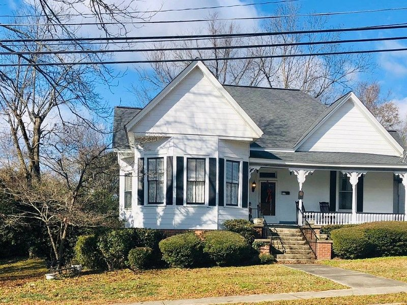 1888 Inn , small town charm with designer decor cottage, vacation rental in Greenwood