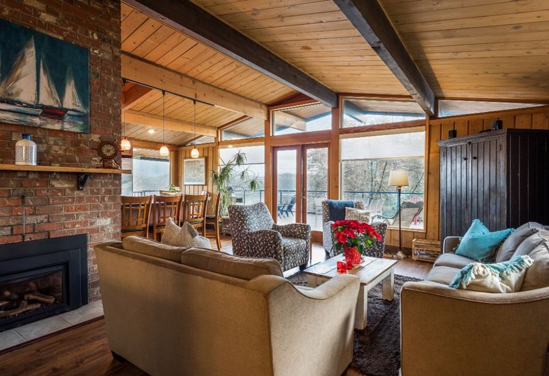 Cozy luxury Gibsons home with breathtaking ocean & incredible mountain views!, vakantiewoning in Roberts Creek