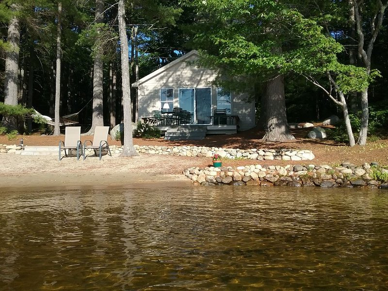 Charming lakefront cottage with sandy beach on a large private wooded lot, holiday rental in Rochester
