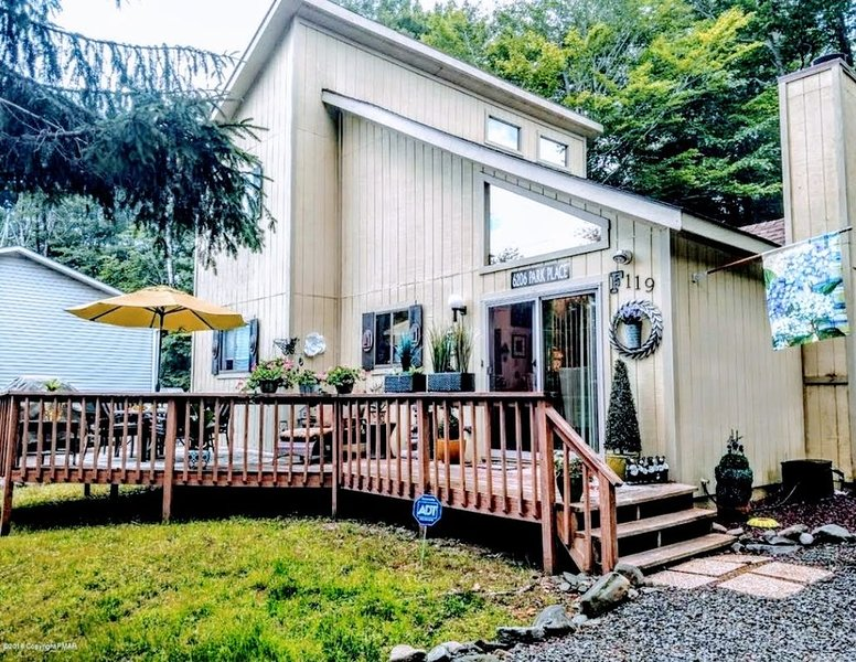 Charming and Cozy Home in Poconos with an Heart Shape Jacuzzi, holiday rental in Tobyhanna