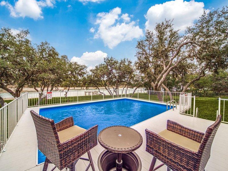 Serene getaway w/a pool on Medina Lake!, casa vacanza a Bandera County