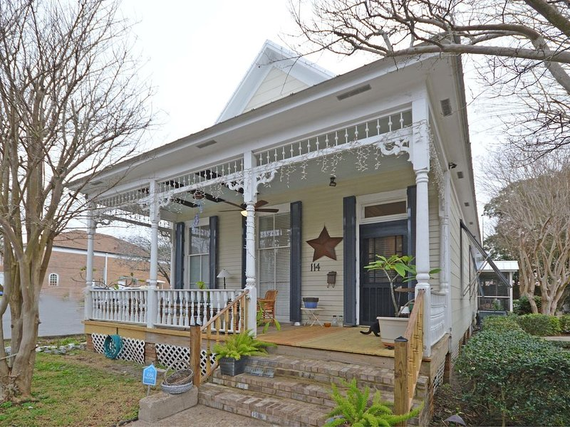 A Wright Street Place perfect for Weddings and Family Gatherings, holiday rental in Pensacola