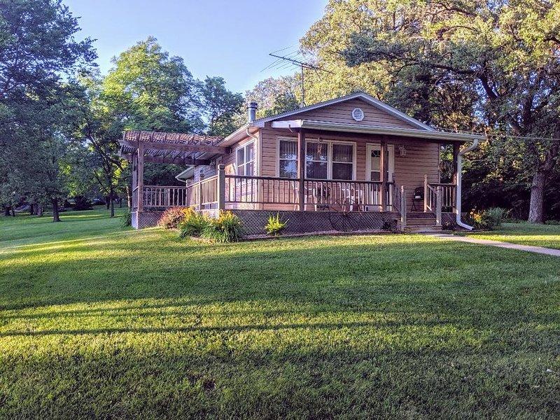 Trees, wildlife abound- a beautiful surrounding as you relax in a cozy cabin, alquiler de vacaciones en Beaver Crossing