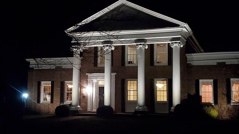 Historic Grand Southern Estate w/pool and 12 acres, just outside Lexington, KY!, location de vacances à Lawrenceburg