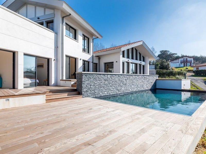 Villa Parlementia- Surplombez Bidart dans cette superbe villa avec piscine!, vacation rental in Ahetze