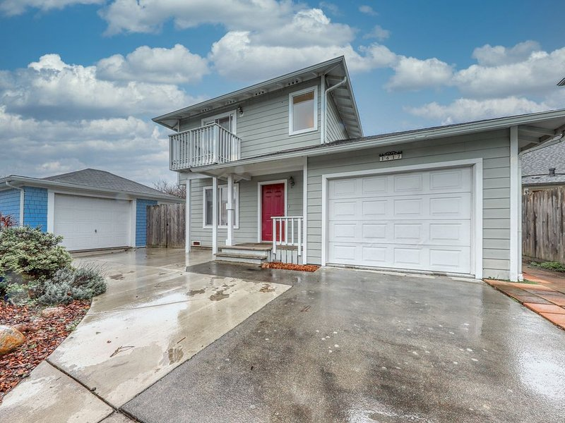 Recently-upgraded, beautiful townhome - close to the business district!, vacation rental in Loleta