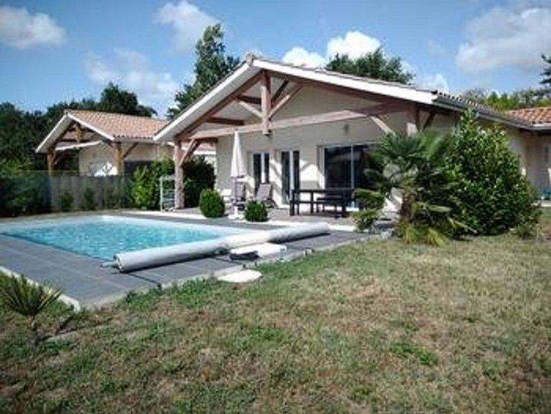Vacances landaises entre lac et océan dans une agréable maison avec piscine, holiday rental in Saint-Paul-en-Born