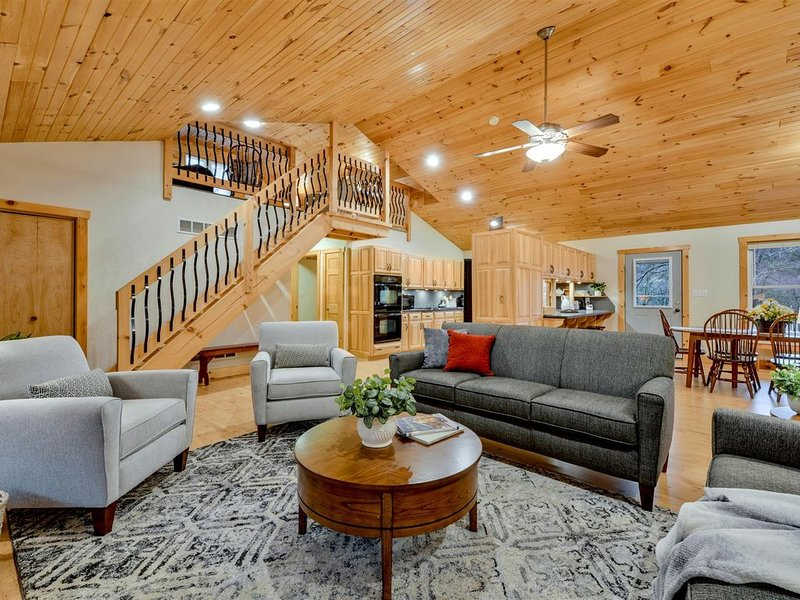 SHADE MOUNTAIN RETREAT  ★  WITH HOT TUB!!  ★  28 ACRES  ★  SLEEPS 20, holiday rental in Allensville