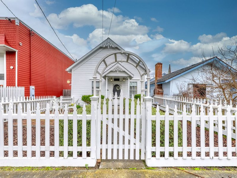 Charming Victorian dog-friendly gem w/ 11-foot ceilings & private gas grill, location de vacances à Ferndale