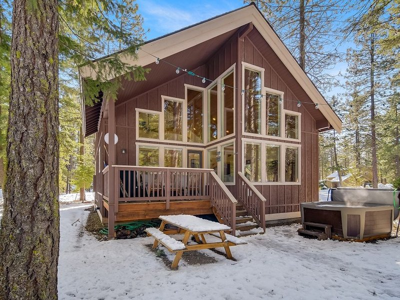 SAVE IN MARCH*Stylish Pet-Friendly Cabin_Hot Tub_GM ROOM_Snowmobile Friendly, vacation rental in Ronald