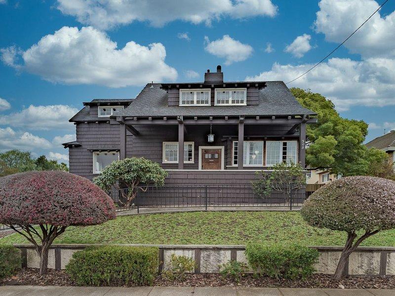 Historic three-bedroom home near shops & restaurants-One block from Humbolt Bay, vacation rental in Loleta