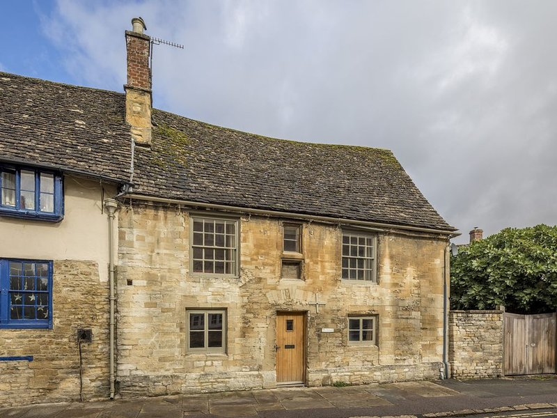 The Cottage is Grade II Listed, built from honey-coloured Cotswold Stone., location de vacances à Holwell
