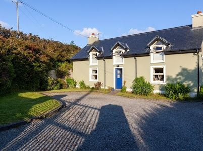 150 year old cosy modern Holiday Cottage located close to Dingle, holiday rental in Lispole