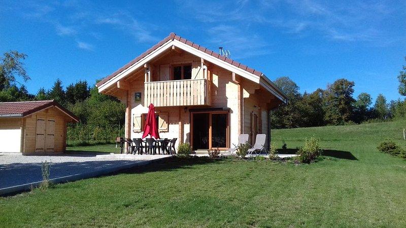 Le chalet du lac d'étival,  gîte classé 3 étoiles à 800m du lac, holiday rental in Blye