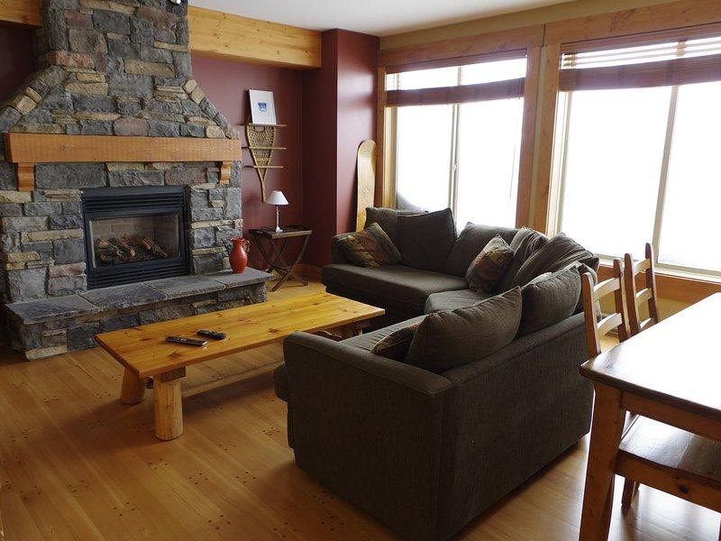 Bright and beautiful 2 bedroom plus den., casa vacanza a Idabel Lake