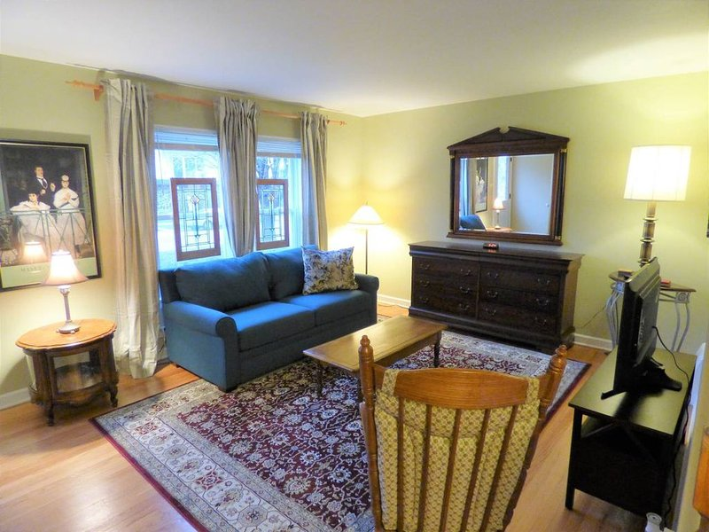 Fully Furnished and rehabbed townhouse with off-street parking and yard, holiday rental in Oak Park