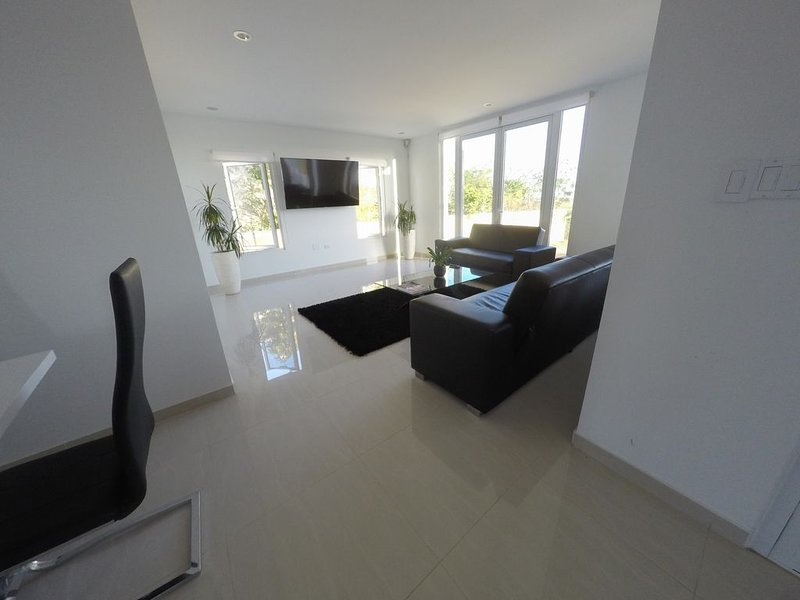 Villa Pristine: modern villa, 5-minute walk to Malmok Beach / Boca Catalina, casa vacanza a Arasji
