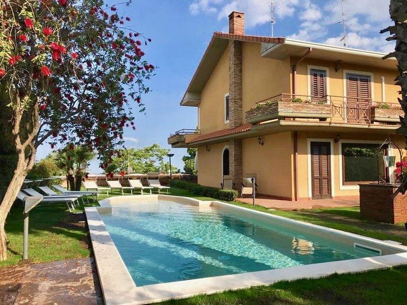 Villa a Trecastagni con 5 camere da letto e 13 posti letto, holiday rental in Trecastagni
