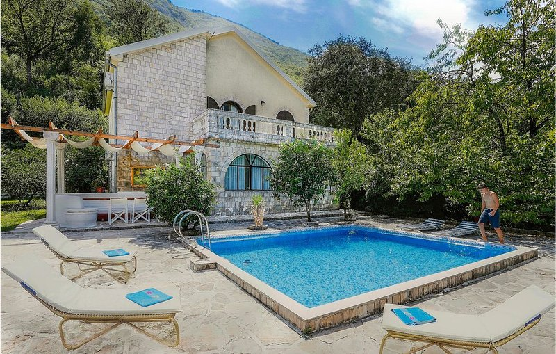 4 Zimmer Unterkunft in Kotor, holiday rental in Morinj